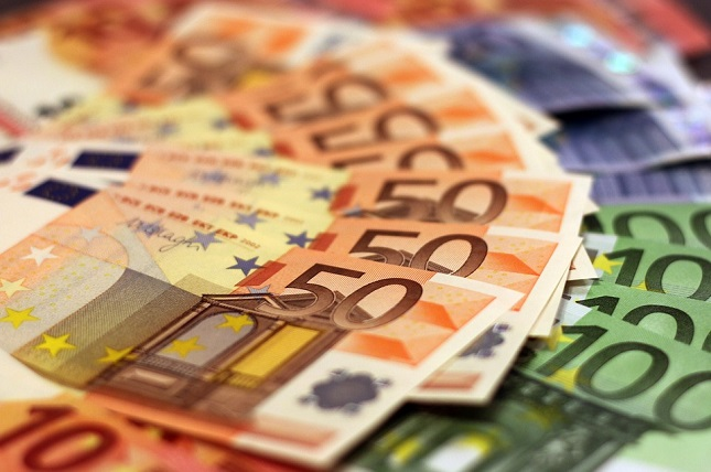 EUR/USD Bear Flag Pattern Retests Critical Fibs at 1.09